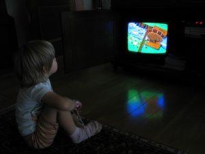 Почему нельзя долго смотреть телевизор в темноте