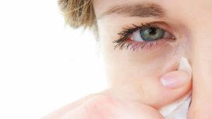 Почему щиплет глаза