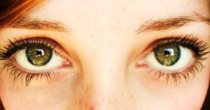 Почему один глаз видит светлее, а другой темнее