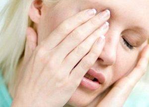 Что делать когда болит голова и слезиться глаз thumbnail