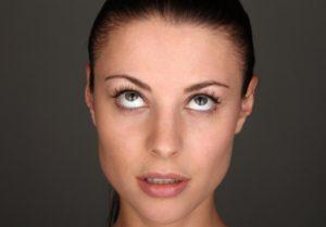 Закатывание глаз у взрослых и детей