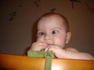 Почему косит один глаз у ребенка