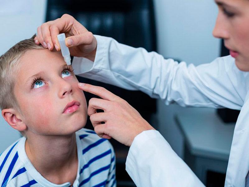 Как правильно закапывать капли в глаза ребенку