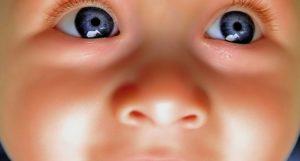 Откуда мешки под глазами у новорожденного