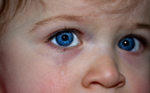 У ребенка на улице слезятся глаза