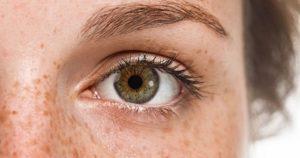 Почему дергается левый глаз