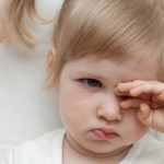 Почему ребенок чешет глаза - что делать