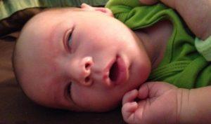 Почему грудничок закатывает глаза когда засыпает