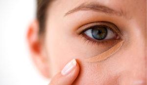 Как правильно замазать синяки под глазами